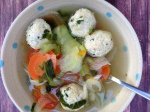 מרק ירקות וקציצות עוף